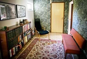 Möbelval. Henrik och Karin Westerberg väljer bort möbler som är flamskyddsbehandlade. Eller köper äldre möbler på auktion, som läckt färdigt.