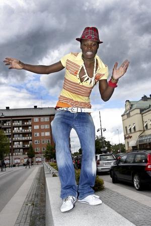 Kaskito Ngongo visar smakprov på den afrikanska dansen ndombolo. Under Cityfesten anordnar han dansworkshop i Dansparken och Kulturoasen.