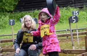 Guldfeber. Lyckan var total när alla guldkornen i sandhinken var lokaliserade. Ida Bergqvist signalerar att hon är klar, med lite hjälp av mamma Lena Bergqvist.