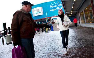 Brunflo Fotbollsklubb hjälpte till med utdelningen av Länstidningen i lördags för att marknadsföra nya bilagan Helg. Julia Månson var en av dem som stod vid köpcentret  i Lillänge och delade ut tidningar. Foto: Håkan Luthman