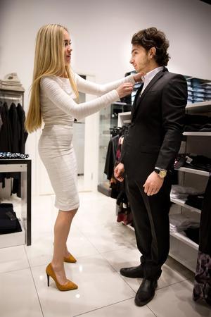Låt mig fixa! Salari har fått på sig en svart smoking från J Lindeberg 5000 kr, marinblå väst 1500 kr, skjorta 1000 kr. Saga i stretch, allt från Guts.