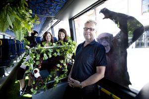 Mycket ståltråd har gått åt då Lina Bergroth och Lena Björklund från företaget i & i har smyckat bussen. Göran Svensson från Växt & Miljödesign köpte in plastväxterna och Furuviksparken står för gosedjuren.