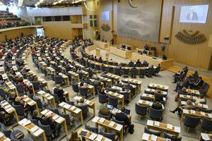 """""""Cirka 80 procent av de beslut som fattas i riksdagen är föranledda av beslut som fattats på EU-nivå"""", skriver debattörerna."""