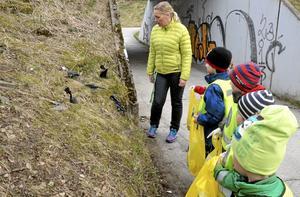 Plockar skräp. Barnen från Marstrandshagens förskola har haft skräpplockardag. Här tittar Cecilia Karlsson och några av 5-åringarna på alla hundbajspåsar som ligger slängda vid gångtunneln.