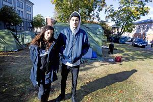 Mari Al Adehesi, 17, och Klas Hemlin, 19, stöttar de hungerstrejkande.