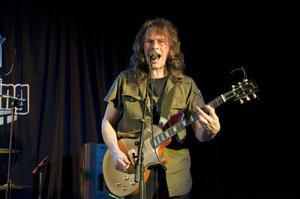 Mats Sannetorp och hans band framförde rockig blues på svenska.