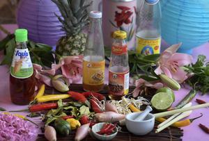 Thaimat bygger på smakerna surt, salt, starkt och sött. Det är viktigt att smaka sig fram snarare än att lita på recept.