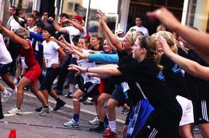 Gruppgympa. Ungefär tio minuter innan Stadsjakten startade var det gemensam uppvärmning på Åsgatan, för löparna i de 34 lagen. Foto:Johan Källs