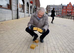 """""""Ett fruktansvärt bakslag för oss som jobbat med torgets tillbyggnad"""", säger miljö- och samhällsnämndens ordförande Göte Murén. Här med några av de spruckna stenarna. Foto: Jan Andersson"""