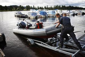 Sjösättning av Ribbåten (rib står för rigid Inflatable boat) som kan göra 35 knop plus.