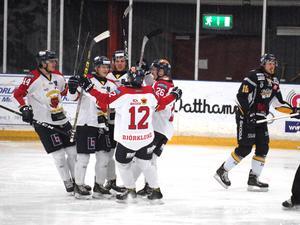 Mariestad jublar efter ett av sina fem mål. Till höger deppar Borlänges Marcus Andersson.