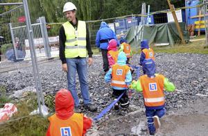 Henrik Andersson från Aggeruds bygg tar emot Myrstackens äldsta barn när de för första gången ska få gå in och besöka sin nya förskola.