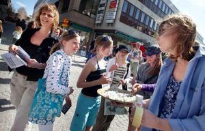 Representanter från Lärarförbundets styrelse stod på Prästgatan och spred sitt budskap. Till vänster Berit Eskilsson, till höger Lena Söderström.  Foto: Håkan Luthman