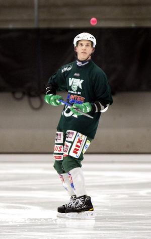 Hemma. VSK-anfallaren Pekka Rintala är tillbaka i Västerås efter VM i Kazakstan. Finland kom fyra och Rintala tar nya tag i Grönvitt mot Vänersborg i ABB Arena i kväll. Foto: RUNE JENSEN