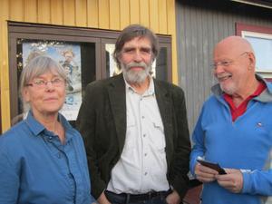 Dokumentärfilmarna Helene Aastrup Samuels och Erik Strömdahl tillsammans med Björn Lundén utanför Svea bio i Delsbo.
