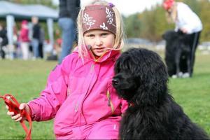 Ida Backén med hunden Swixie var en av många ungdomar som fanns med på utställningen