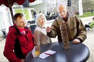 Patrik, Elsy och Torbjörn med efternamnet Zetterman testar byggklotsarna där den som bygger högst får åka till en final i Stockholm.