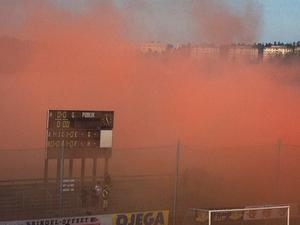 Röd rök från bengaler och rökfacklor försenade matchen mellan Assyriska och Örgryte i superettan.