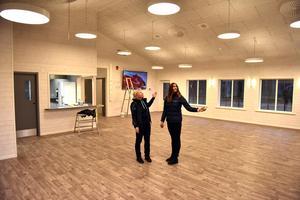 Maria Gustafsson och Jennie Hedh i det nya föreningshuset.