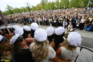 Studenter tittade ut över folksamlingen utanför Gamla Teatern vid en av balerna våren 2016.