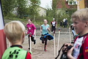 Tove Lundemo (i rosa till vänster) och Emilia Stam (i blått till höger) sprang den öppna klassen.
