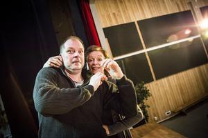 Marcus Källström och Inger Landerberg försöker hålla sig borta från revyscenen.