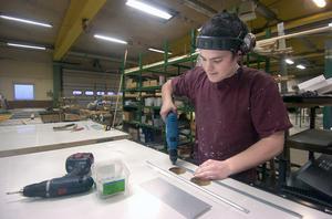 Ivar Hermansson, 19 år, började på Edsbyporten direkt efter det att han slutade på Trätekniska utbildningen i Alfta i våras. Han jobbar med slagportar.