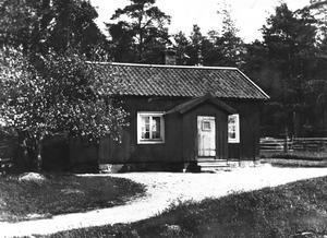 Ursprunget. Det här torpet, Skiljebotorpet, låg strax norr om den gamla Eriksgatan där allfartsvägarna från Stockholm och Uppsala strålade samman. Torpet låg ungefär där Jonasborgsvägen i dag korsar Husargatan. Den lilla stugan fanns kvar på 1907 års karta, men revs några år senare.