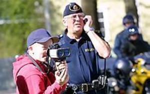Foto: OLLE HILDINGSONPrickar rätt. Praoeleven Martin Otterbo mäter hastigheter i Gävles 30-zon under överinseende av handledaren Mats Nauwaleartz de Agé.