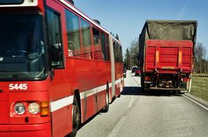 Riksväg 77 är mycket hårt belastad, inte minst av lastbilstrafik. När den smala och trafikfarliga delen mellan Rösa och länsgränsen nu byggs om vore det dumsnålt att inte ge vägen en standard som motsvarar trafikbelastningen, det vill säga en mötesfri 2+1-väg. Foto: Stig-Göran Nilsson.