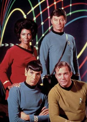 """Originalbesättningen från 1966. Karaktärerna Uhura (Nichelle Nichols), """"Bones"""" McCoy (DeForest Kelley), Mr Spock (Leonard Nimoy) samt befälhavare James Kirk (William Shatner). Foto: Paramount/TV 4"""