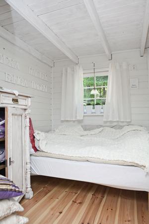 Kort sovrum fick en avsågad säng.