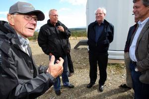 Per-Åke Persson, Vemhån, gav de Moderata riksdagsmännen en inblick om fördelarna med vindkraft vid besöket på Rodovålens vindkraftspark i Vemhån.Foto: Håkan Degselius