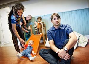 Välbesökt verksamhet. Håkan Jakobsson började som pappisbesökare för att sedan leda grupper. I bakgrunden Tage Adam, 1 år, tillsammans med pappa Josef.BILD: PETTER KOUBEK