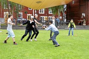 Ideellt. Tre hjälpledare i IOGT-NTO:s ungdomsförbund Junis i Kopparberg arrangerar kvällsaktiviteter på Malmtorget.Foto: Sofia Gustafsson