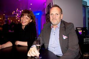 """Sissel Orebrand och Georg Bengtsson. Georg delade ut pris för """"Årets bar"""" till Folkets. Han jobbar för spritjätten Pernod Ricard, som levererar alkohol till vissa Västeråskrogar."""