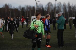Vinnaren och förloraren: Frida Sjöberg gjorde segermålet och intervjuas av Sveriges Radio samtidigt som Assis målvakt Elin Rutberg deppar.