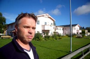 """Enhetschef Roger Eriksson säger att LSS-gruppbostaden vid Pumphusgatan inte har någon värme i fastigheten. Flera provisoriska element har satts in i lägenheterna. """"En av våra boende har haft 15–16 grader varmt på kvällen i lägenheten"""", förklarar Roger för LT."""