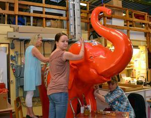 Gunilla Lindberg och Jenny Lindberg tillsammans med Olga Kozlovskaya målade elefanten.