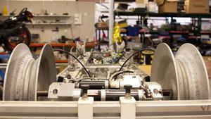 Åker på kraftledningar. Tack vare motorer och hjul kan roboten åka på kraftledningar utan att dras av helikopter.