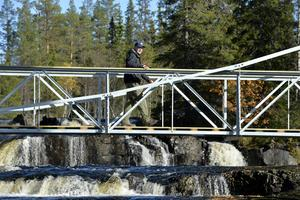 Nu går det att korsa Fjätälven vid Fjätfallen för vandrare och fiskare.