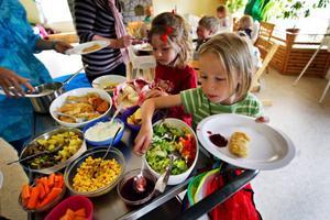 Tea Strömqvist, 6, tar för sig av maten på Åtegårdens förskola. All mat görs på förskolan.