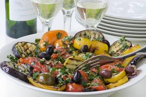 FORTSÄTT GRILLA! Att grilla grönsaker är smidigt, snabbt och smakrikt. Extra stuns får de av en tuff marinad.