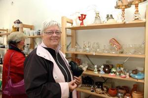 NY TRÄFFPUNKT. Röda korset har öppnat mötesplatsen och second hand-butiken Kupan i centrala Tierp. Anita Wallin från Tierp fanns på plats under premiären.
