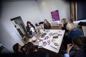 Ellen Hyttsten, ordförande för Sveriges Konstföreningar distriktet Jämtland-Härjedalen, pratar om Konstens vecka framför journalister och resten av arbetsgruppen; Karin Kvam, Gunilla Österman och Catrin Johansson, alla till höger i bild.