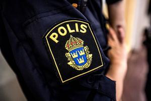 Mannen anhölls i sin frånvaro och anträffades av polis under natten mot lördag.