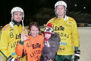 Målskyttarna Tobias Björklund och Daniel Rexin tillsammans med målvakten Jonas Svensson, som höll nollan. Jonas lilla dotter Majken gratulerade pappa efter matchen.