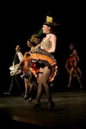 taktfast. Dansarna i baletten bjuder på flera färgsprakande nummer. Här en klassisk parisisk cancan.