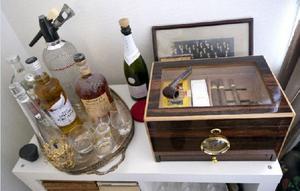 """:Johannas hörna. Cigarrer och whisky i hyllan. """"Det här är jag"""", säger Johanna."""