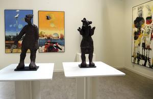 Skulpturer av May Lindholm kommunicerar med Lisbeth Boholms måleri.